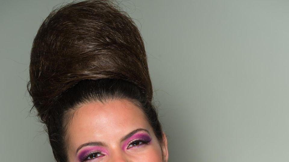 Haare hoch mit der Beehive-Frisur