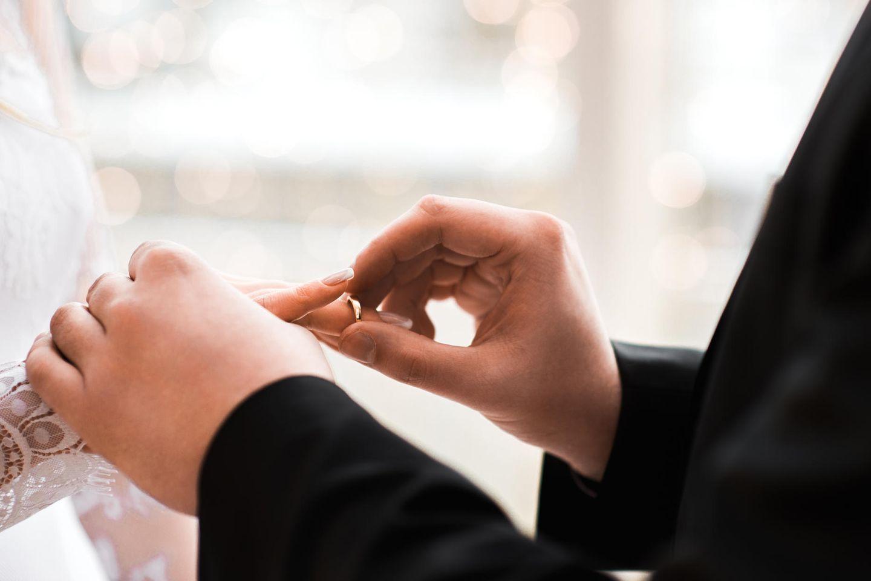 Ehe-Lügen, die wir nicht mehr hören können: Ein Mann steckt seiner Braut den Ring an