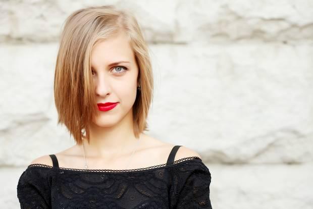 Asymmetrische Frisuren: Frau mit Bob-Schnitt