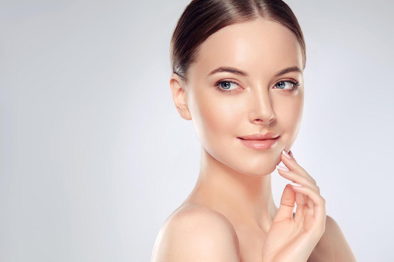 Junge Frau mit reiner Haut