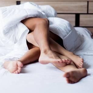 Studie: Ein Pärchen im Bett beim Sex