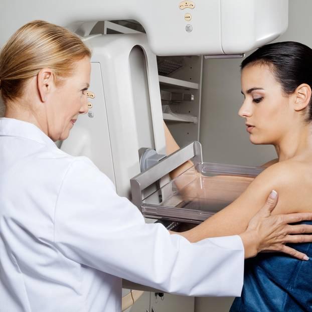 Frau macht Mammographie
