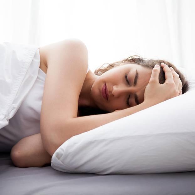 Schlafapnoe: Frau schläft schlecht