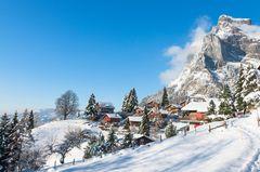 Alpendorf im Winter