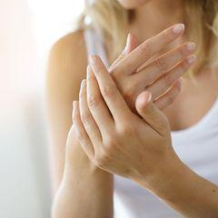 Zu viel Desinfektionsmittel?! So pflegst du deine rissigen Hände richtig