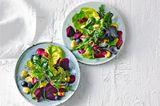 Wildkräutersalat mit Lupinenbohnen und Heidelbeerdressing