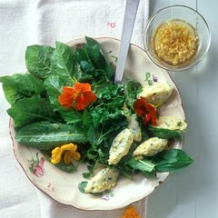Käsenocken auf Wildkräutersalat