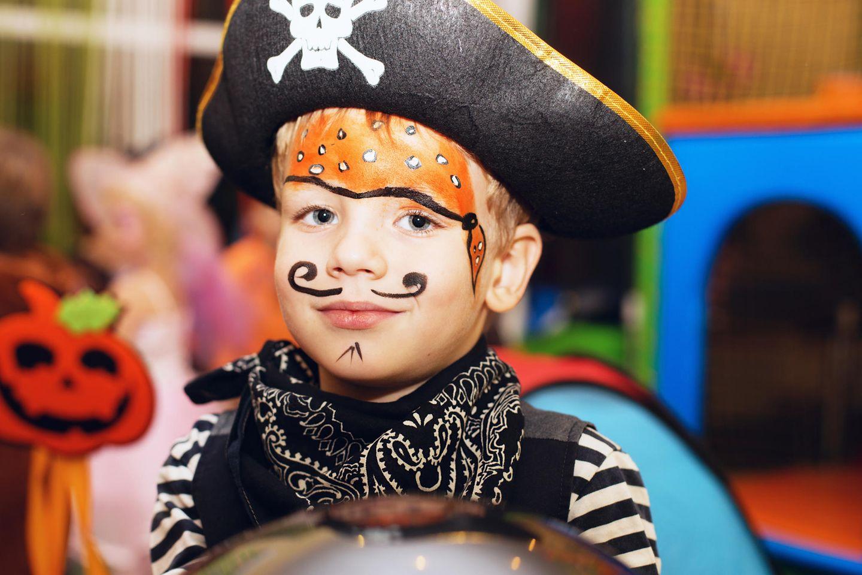 Kinder schminken: Kleiner Junge als Pirat geschminkt