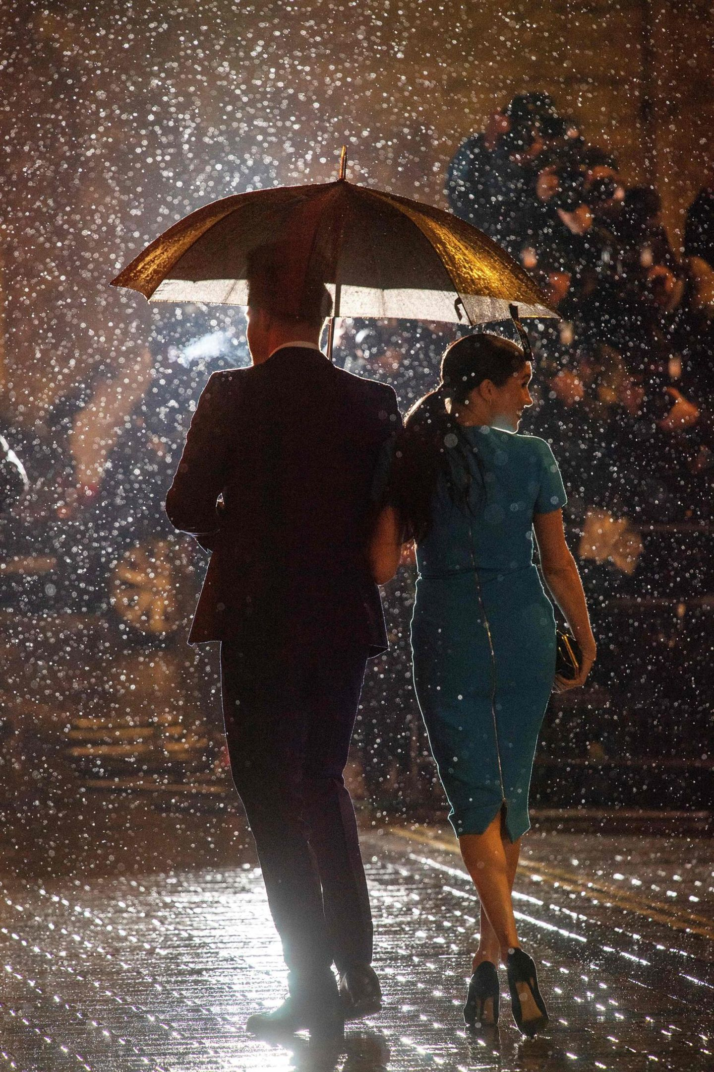Meghan Markle: mit Prinz Harry und Regenschirm