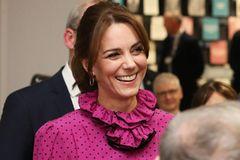 Royals, die günstige Kleidung tragen: Herzogin Kate mit Kreolen