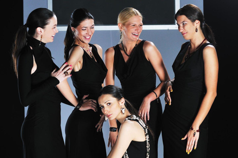 Models in schwarzen Kleidern