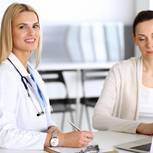 Kur beantragen: Ärztin und Patientin