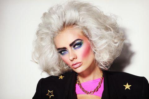 80er Frisuren: Platinblonde Frau