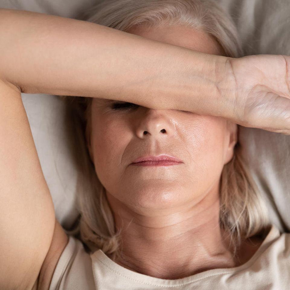 Schlafstörungen in den Wechseljahren: Frau mit Schlafproblemen