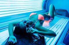 Frau in Bikini im Solarium
