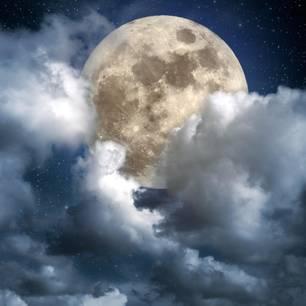 Horoskop: Ein Vollmond, vor den sich Wolken schieben