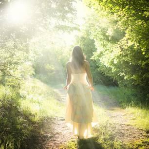 Frau in weißem Kleid im Wald