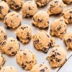 Cookie Dough: Roher Keksteig zu Bällchen geformt