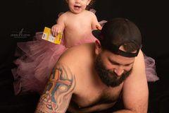 Papa-Tochter Bilder: Tochter sitzt auf dem Rücken vom Vater