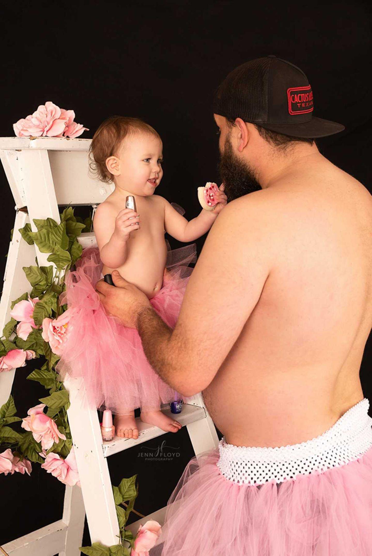 Papa-Tochter Bilder: Tochter schaut Vater an