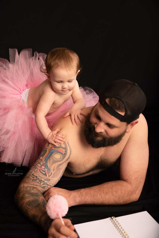 Papa-Tochter Bilder: Tochter lehnt sich auf Schulter von Vater