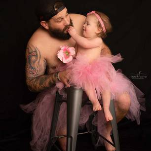 Papa-Tochter Bilder: Tochter füttert Vater