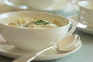 Spargelcremesuppe in einer weißen Tasse