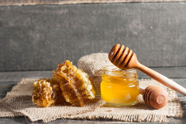 Honigmaske: Honig im Glas