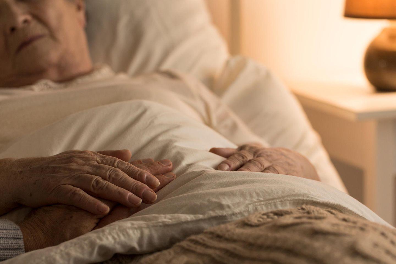 Alte Frau in Krankenhausbett
