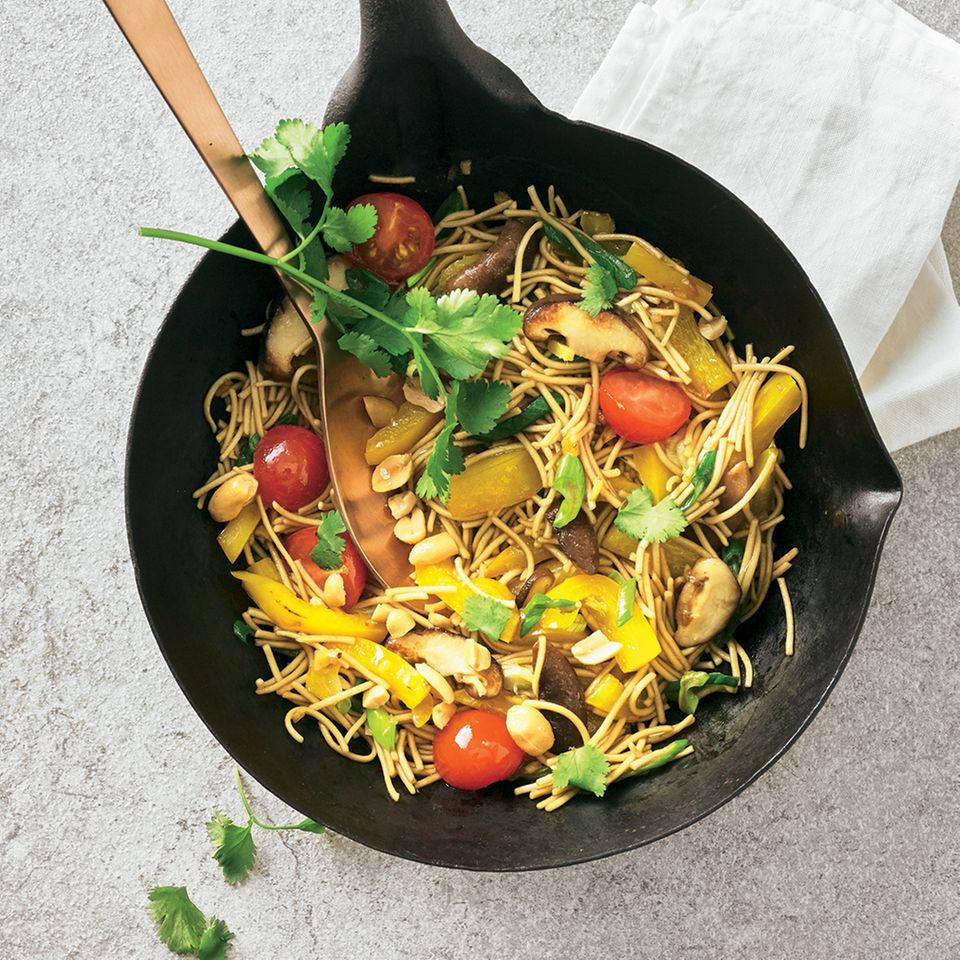 Wok-Rezepte: Wok-Nudeln mit Paprika und Erdnüssen
