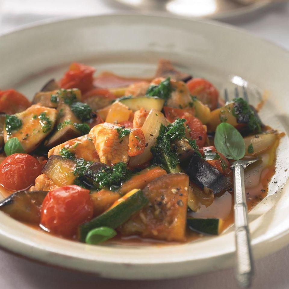 Mediterranes Hähnchen mit Gemüse und Kräuter-Öl