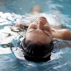 Spa Awards 2020: Frau entspannt in Swimmingpool
