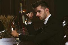 Attraktiver Mann an einer Bar