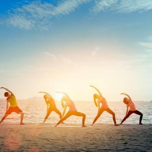 Yogagruppe am Strand
