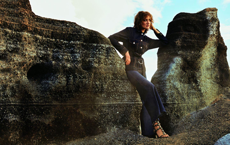 Jeans-Trends 2020: Jeansjacke mit Gürtel zu Culotte und Sandaletten