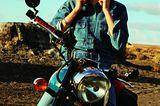 Jeans-Trends 2020: Frau auf Motorrad trägt Jeanshemd und Helm