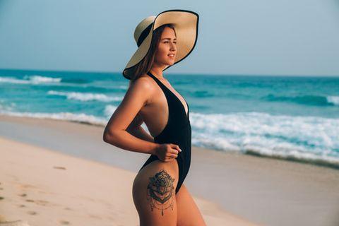Tattoos an der Hüfte: Frau mit Mandala an der Hüfte