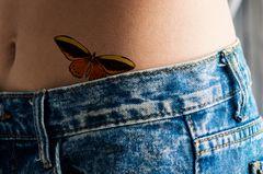 Tattoos an der Hüfte: Schmetterlingstattoo an der Hüfte
