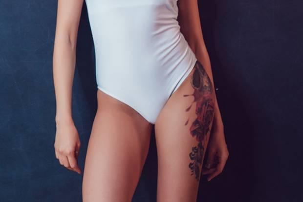 Tattoos an der Hüfte: Frau mit Rosentattoo an der Hüfte