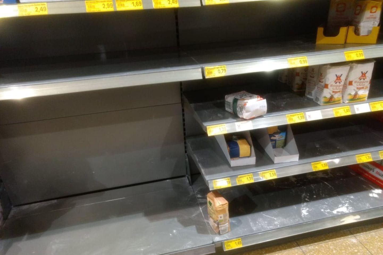 Coronavirus: Leere Mehlregale im Supermarkt