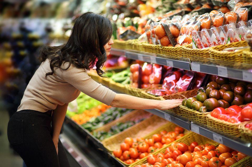 Günstige Lebensmittel: Frau im Gemüseregal