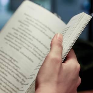 Frau liest Buch