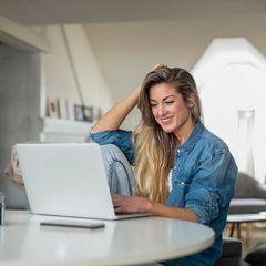 Produktiv im Home Office? So funktioniert's!: Frau im Home Office