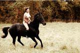 Angelika Buettner: nackte Frau sitzt auf Pferd