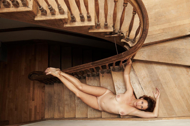 Angelika Buettner: nackte Frau liegt auf einer Treppe