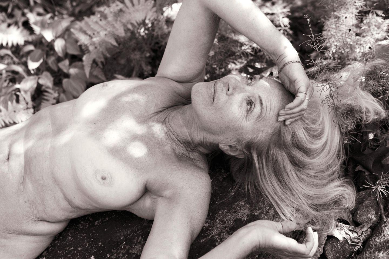 Angelika Buettner: nackte Frau liegt am Boden