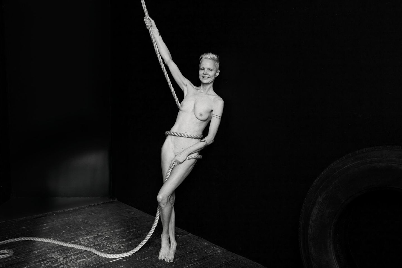 Angelika Buettner: nackte Frau mit Seil