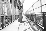 Angelika Buettner: nackte Frau auf Brücke