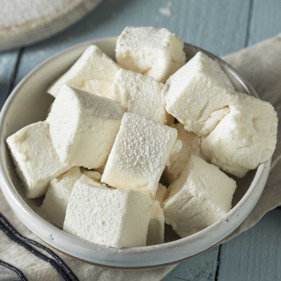 Marshmallows selber machen - Selbst gemachte Marshmallows in einer Schüssel