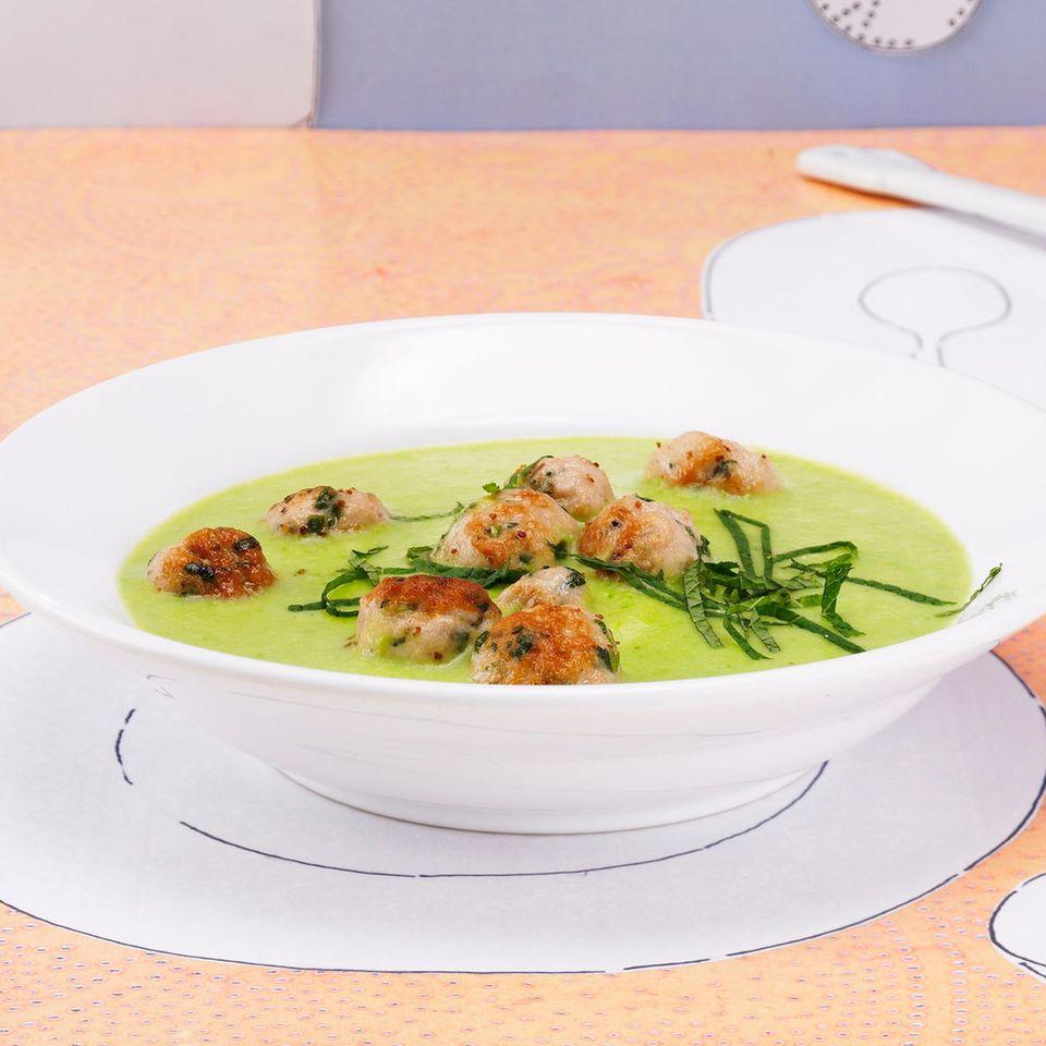 Grüne Erbsensuppe mit Minzklößchen